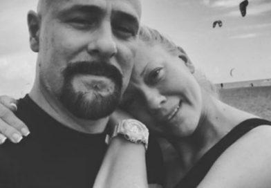 Вдовицата на раперот Гру првпат во јавноста по неговата смрт- во црнина, но со насмевка на лицето